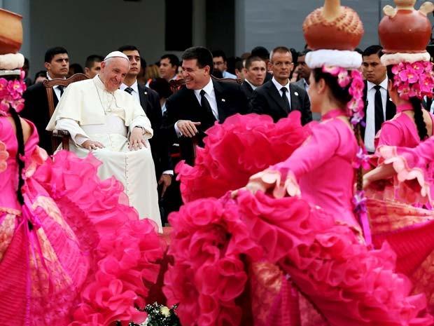 Papa Francisco assiste a cerimônia de recepção ao lado do presidente Horacio Cartes no aeroporto de Assunção, no Paraguai (Foto: REUTERS/Alessandro Bianchi)