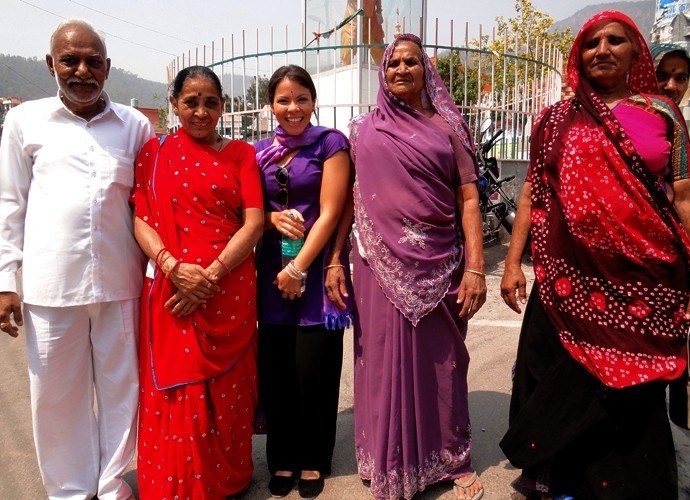 Ao lado de uma família indiana, Cacau Melo posou para a foto (Foto: Arquivo Pessoal)