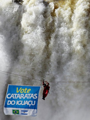 Waldemar Niclevicz atravessou as Cataratas do Iguaçu numa tirolesa (Foto: Christian Rizzi/Agência de Notícias Gazeta do Povo/AE)