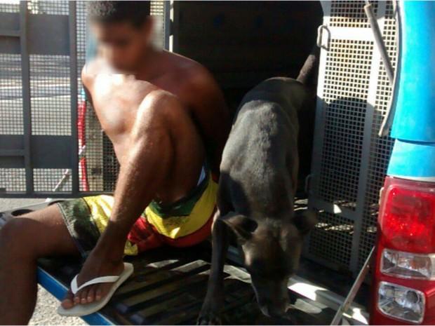 Cachorro acompanha o dono, que foi preso em Cabo Frio, no RJ, até a delegacia (Foto: Blog Eduander Silva)