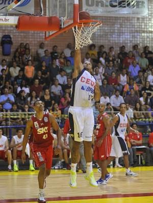 Paulão fez a cesta no duelo contra o Pinheiros (Foto: Brito Júnior / Divulgação)