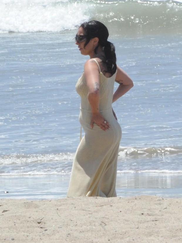 Lady Gaga em praia de Los Angeles, nos Estados Unidos (Foto: Grosby Group/ Agência)