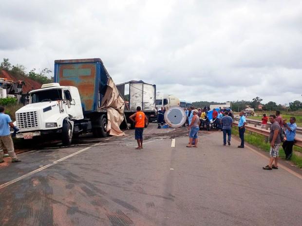 Caminhão tomba e causa congestionamento na tarde desta quarta-feira (Foto: Divulgação/Concessionária Bahia Norte)
