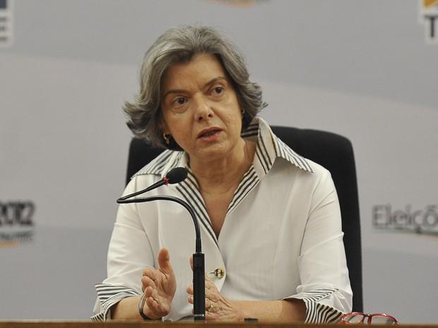 A presidente do TSE, ministra Cármen Lúcia, em entrevista à imprensa (Foto: Antonio Cruz/ABr)