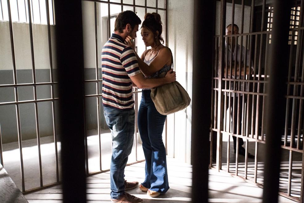 Rubinho (Emilio Dantas) sabe como manter Bibi (juliana Paes) do seu lado (Foto: Ellen Soares / Gshow)