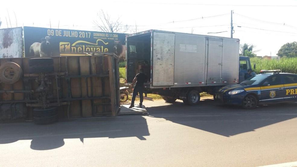 Caminhão foi descarregado e deve ser rebocado (Foto: Lys Mendes/Rede Amazônica Acre)