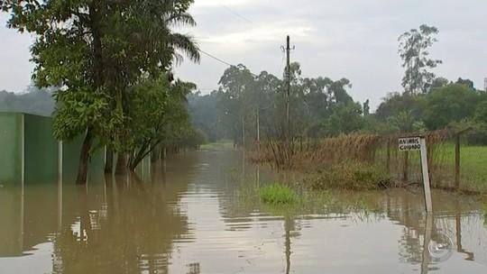 Nível de rio começa a baixar em bairro com mais de 50 chácaras alagadas, diz Defesa Civil