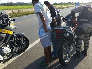 Entre os presos estavam dois homens que estavam utilizando uma moto roubada (Foto: Divulgação/PRF)