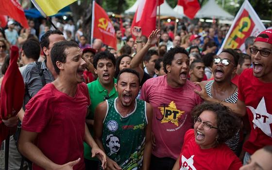 Militantes ocupam as ruas do Rio de Janeiro em defesa do ex-presidente Lula (Foto: AP Photo/Leo Correa)