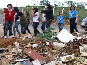 Alunos recolheram lixo  (Foto: Reprodução/TV Integração)