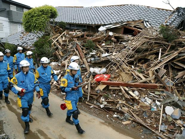 Soldados seguem trabalho de resgate neste domingo (17) na cidade de Mashiki. (Foto: Reuters)