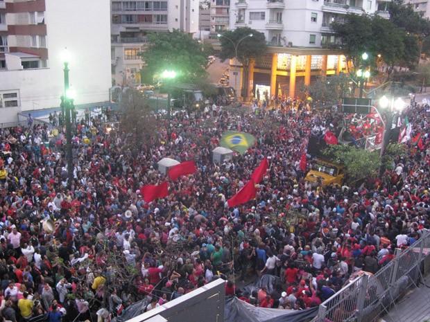 Integrantes do MTST comemoram aprovação da lei do Copa do Povo (Foto: Roney Domingos/G1)