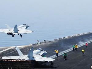 Avião militar dos Estados Unidos decola do porta-aviões USS George H.W. Bush nesta sexta-feira (8) no Golfo para missão no Iraque  (Foto: US NAVY/Lorelei Vander Griend/AFP)