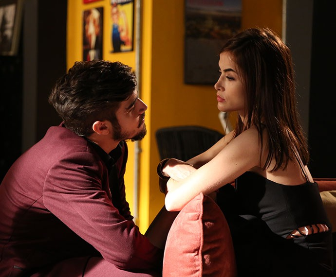 O casal aproveita o clima e fica olho no olho (Foto: Carol Caminha/Gshow)