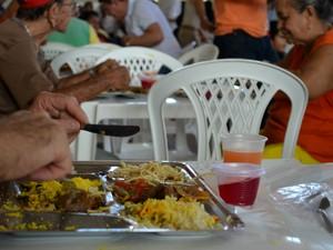 Refeições custam R$ 3 por pessoa e dá direito ao suco e sobremesa (Foto: Fabiana Figueiredo/G1)