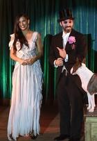 Adriana Lima participa de número de mágica em evento em Nova York