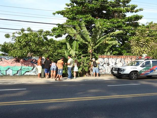 Homem foi localizado em quintal de imóvel na rua Marciano Armond, em Manaus (Foto: Ísis Capistrano)