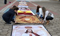 Malharias e artesãs criam tapete de tricô para Corpus Christi em Jacutinga (Daniela Ayres/ G1)