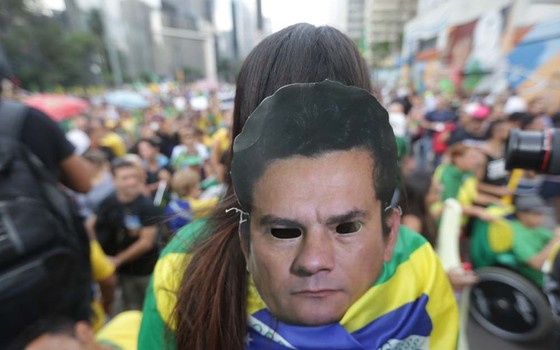 Manifestante usa máscara do juiz Sergio Moro durante protesto em São Paulo. (Foto: Danilo Verpa/ Folhapress)