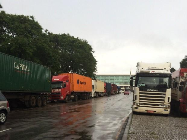 Veículos e maquinários foram levados para Curitiba em caminhões; situação será apresentada também aos deputados estaduais na Alep (Foto: Jefferson Lobo / Arquivo Pessoal)