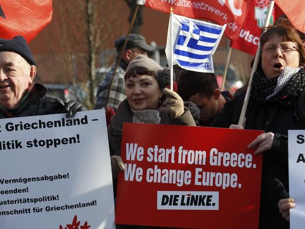 Manifestantes protestam em solidariedade à Grécia em frente ao ministério das Finanças em Berlim. (Foto: REUTERS/Fabrizio Bensch)