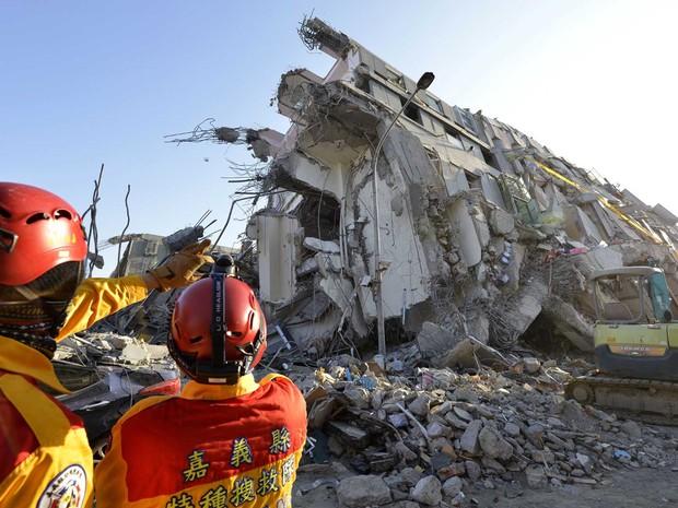 Equipes de resgate seguem procurando por sobreviventes em Tainan (Foto: Sam Yeh / AFP Photo)