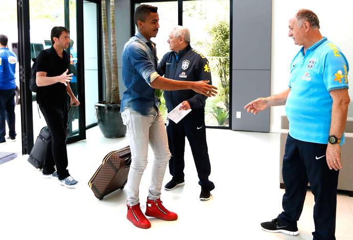 Luis Gustavo chegada da seleção (Foto: Rafael Ribeiro / CBF)