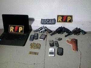 Polícia apreendeu armas e aparelhos celulares (Foto: Ascom/PM)