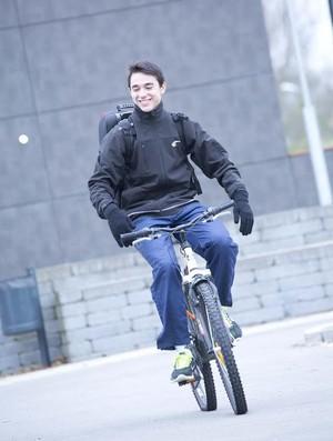 Hugo Calderano vai para os treinos de bicicleta na Alemanha (Foto: Divulgação/Liebherr Ochsenhausen)