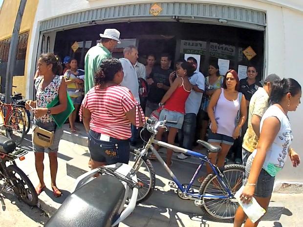 A agência da Companhia de Água e Esgoto do Ceará (Cagece), no Bairro Conjunto Ceará, em Fortaleza, amanheceu repleta de pessoas que desejavam atendimento nesta quarta-feira (27). As filas e a demora no atendimento acabou exaltando os ânimos da população q (Foto: TV Verdes Mares/Reprodução)