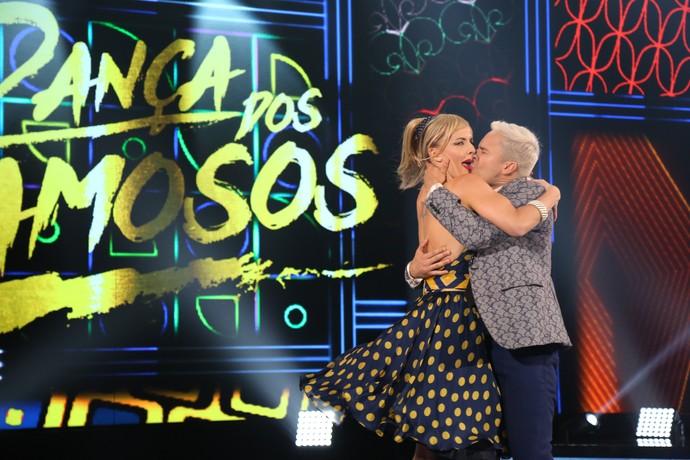 Rainer e Ju Valcézia se beijam no rock (Foto: Carol Caminha/Gshow)