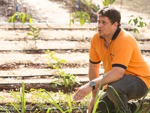 O engenheiro agrônomo explica sobre as vantagens da irrigação por gotejamento (Foto: Érico Andrade/G1)