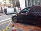 Acidente entre dois carros deixa motorista ferido no Centro de Curitiba
