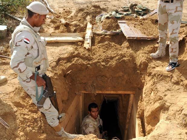 Soldado egípcio inspeciona túnel na fronteira com Rafah, na Faixa de Gaza, no dia  de novembro (Foto: AFP PHOTO / MOHAMED EL-SHERBENY)