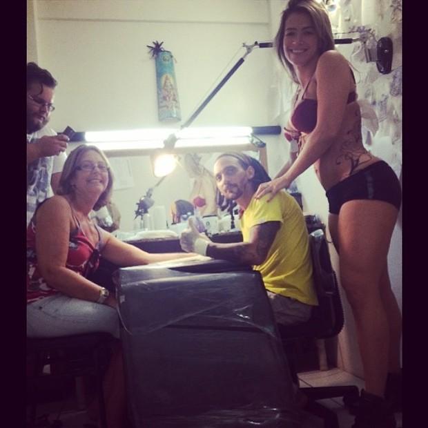 Fani Pacheco leva a tia pra fazer tatuagem (Foto: Instagram / Reprodução)