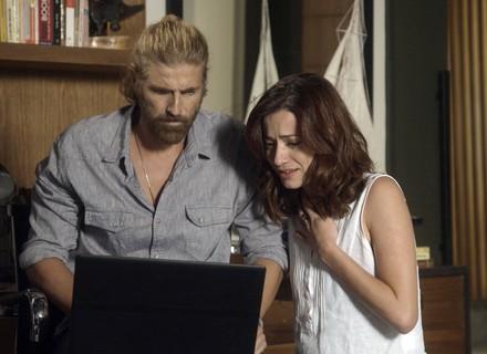 Ana Luiza e Pedro assistem ao vídeo da morte de Elio
