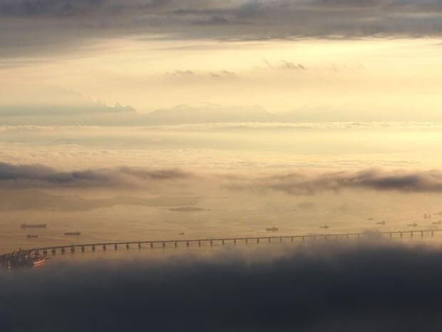 Céu parcialmente nublado quase encobre visão da Ponte Rio-Niterói (Foto: Marcos Estrella/ TV Globo)