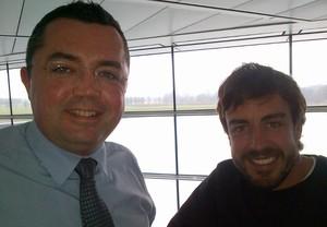 Fernando Alonso posa ao lado do chefe, Eric Boullier, no McLaren Technology Centre, em Woking (Foto: Reprodução/Twitter)