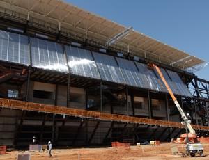 Instalação do policarbonato na Arena Pantanal (Foto: Márcio Trevisan/Mendes Júnior)