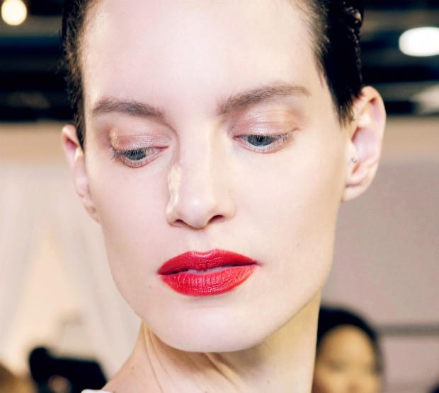 Descubra truques para usar batons ousados nos lábios (Foto: Imaxtree)
