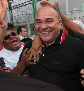 Ruy Scarpino festeja acesso do Moto Club com a torcida (Foto: Biaman Prado/O Estado)