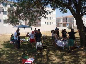 Compradores dos apartamentos se reuniram em frente ao condomínio (Foto: Gisele Souza)