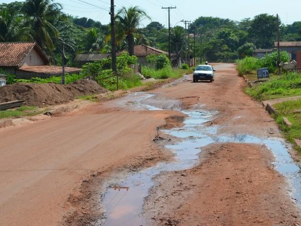 Rua está com buracos desde 2013 dizem moradores (Foto: Magda Oliveira/G1)