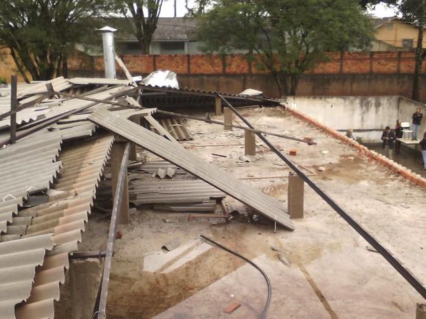 Telhado de escola estadual de Londrina ficou destruído após chuva de pedra  (Foto: Rubens de Paula/RPC)