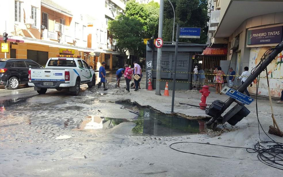 Homens da Cedae trabalhavam no reparo do vazamento por volta das 9h desta terça (Foto: Ana Paula Santos / TV Globo)