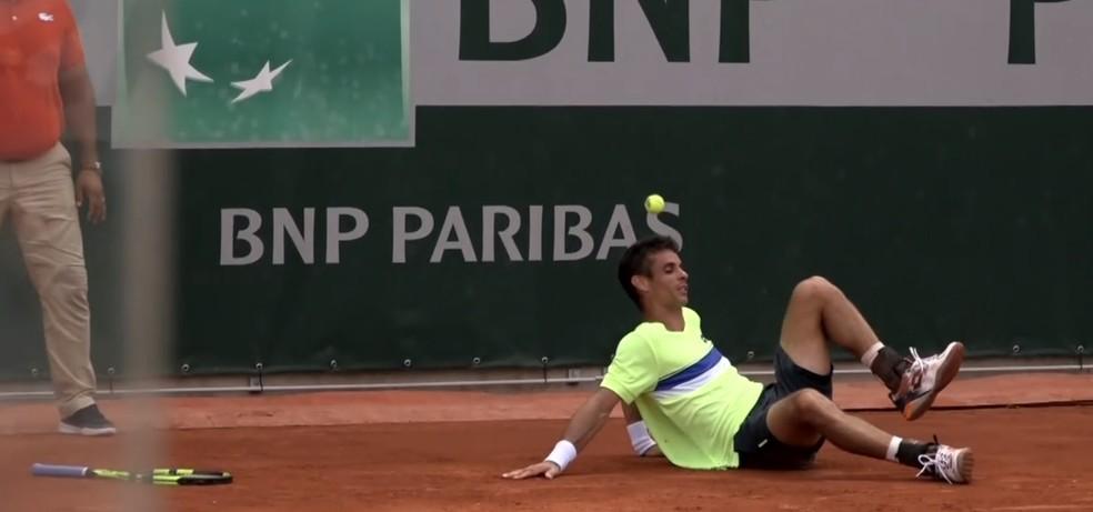 Rogerinho após queda em Roland Garros (Foto: Reprodução/Eurosport)
