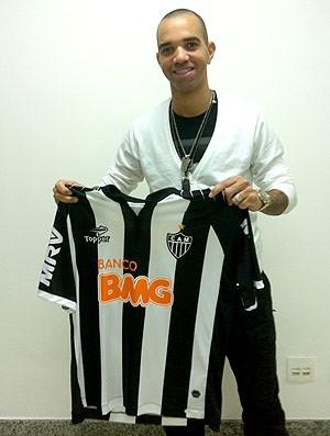 Diego Tardelli posa com a camisa do Atlético-MG (Foto: Reprodução / Twitter)