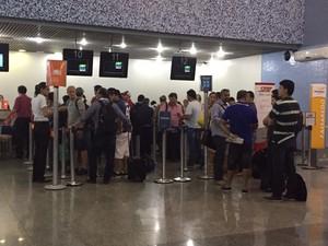 Cancelamentos geraram filas no aeroporto da capital (Foto: Lívia Campos/ TV Anhanguera)