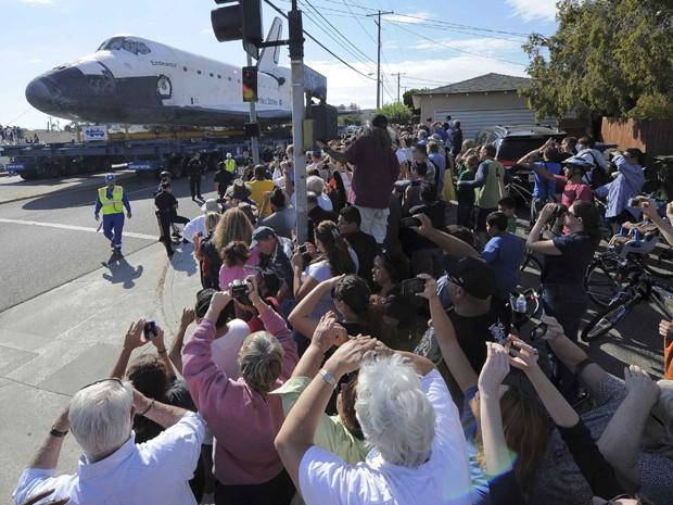 Multidão observa o ônibus espacial Endeavour, em sua última viagem a bordo de um reboque gigante com destino a um museu. (Foto: Reuters)