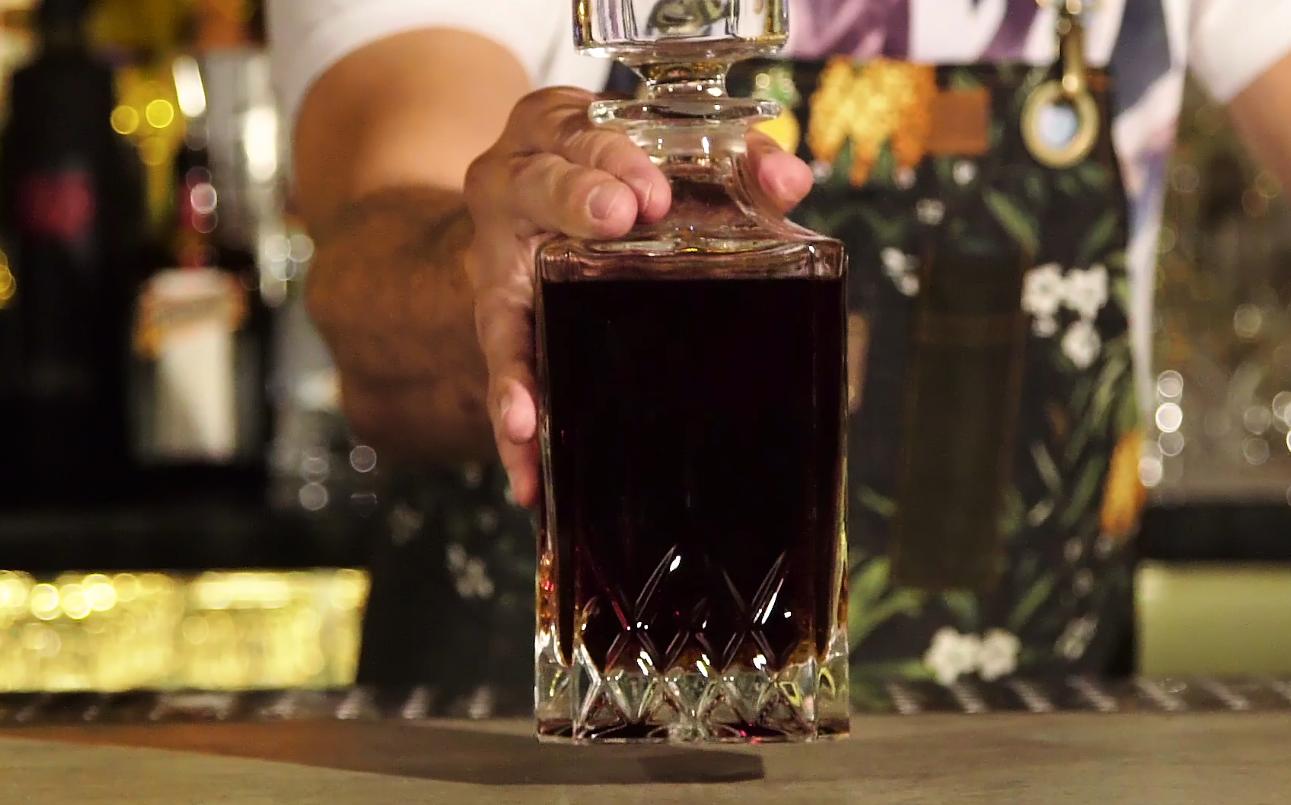 O negroni feito pelo bartender Marcio Silva, na garrafa. (Foto: Reprodução/ GQ)